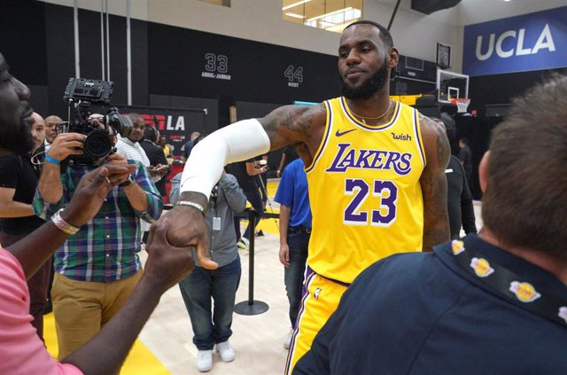 27 September 2019, US, El Segundo: Los Angeles Lakers LeBron James greets fans during the team's media day. Photo: Scott Varley/Orange County Register via ZUMA/dpa
