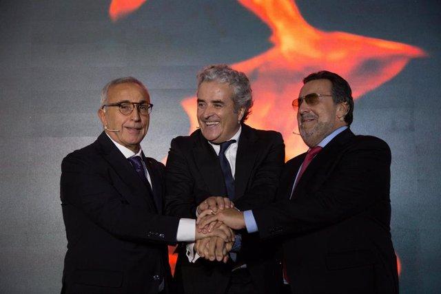 Alejandro Blanco (izda), Iñaki Ereño (centor) y Miguel Carballeda (dcha) juntan sus manos tras anunciar los I Juegos Inclusivos que acogerá Madrid en 2020