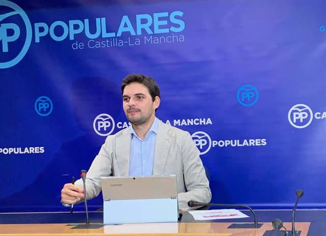 El vicesecretario de Comunicación del PP en C-LM, Santiago Serrano, en rueda de prensa