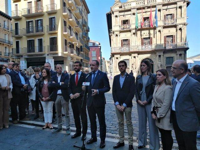 El presidente del PP, Pablo Casado, y el presidente de UPN, Javier Esparza, en la plaza del Ayuntamiento de Pamplona junto a candidatos de Navarra Suma