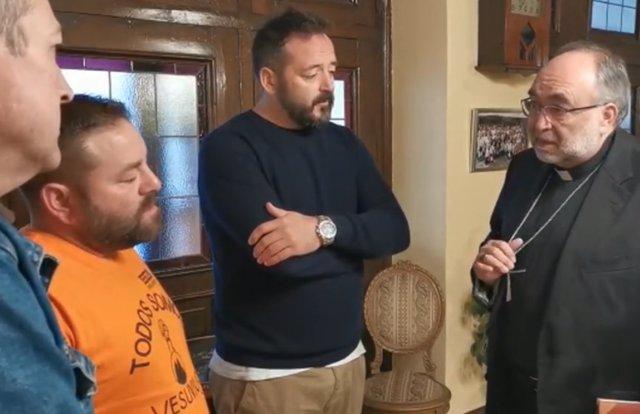 El Arzobispo de Oviedo con los trabajadores de Vesuvius