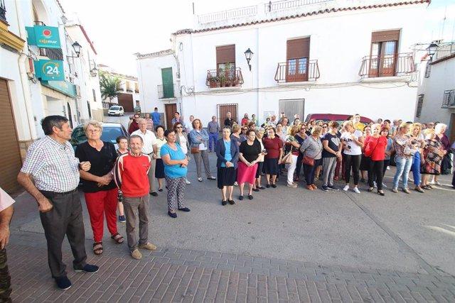 Vecinos de Alcolea (Almería) se concentran por la muerte de un niño de 7 años manos presuntamente de su madre