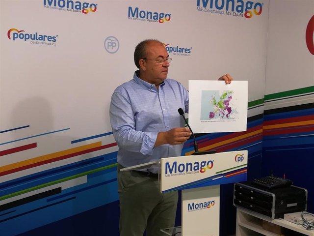 Monago con un mapa sobre competitividad de Extremadura en comparación con el resto de Europa