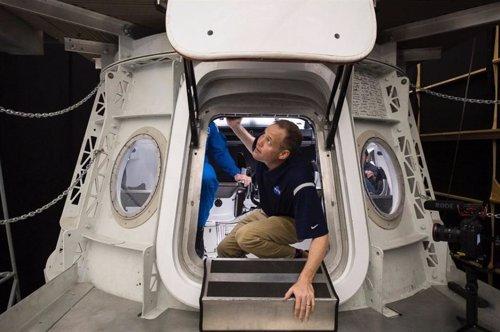 Jim Bridenstine inspecciona una Crew Dragon