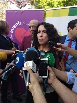 La consejera de Igualdad, Políticas Sociales y Conciliación de la Junta, Rocío Ruiz, atiende a los periodistas