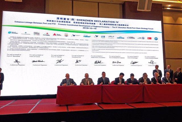 El representant del Port de Barcelona a la Xina, Joan Dedeu (primer per l'esquerra), en la signatura de la IV  Declaració de Shenzhen