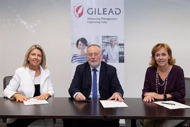 Por orden de izquierda a derecha: María Río, vicepresidenta y consejera delegada de Gilead, el Dr. Francisco Pascual, presidente de SOCIDROGALCOHOL y Marisa Álvarez, directora Médica de Gilead