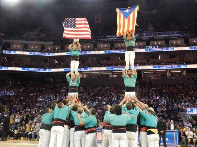 Els Castellers de Vilafranca mostren una estelada durant la seva actuació a l'NBA