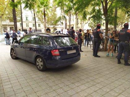 Uruguay.- La madre de la menor de Uruguay entrega la niña a los Mossos tras una semana atrincherada