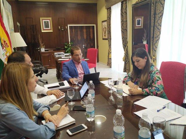 Morales (d) en la reunión con el alcalde y otros responsables del Ayuntamiento de Andújar.