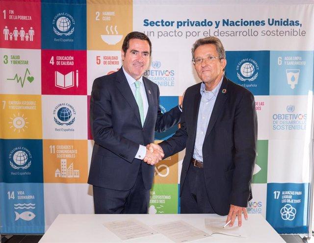 El presidente de la CEOE, Antonio Garamendi, y el presidente de la Red Española del Pacto Mundial, Ángel Pes, durante la firma del acuerdo.