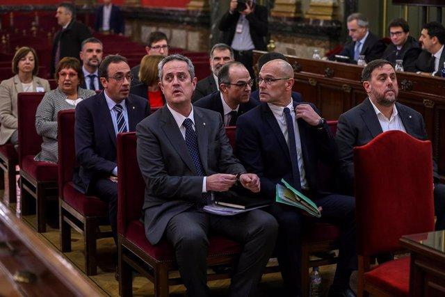 Els líders independentistes, l'exvicepresident de la Generalitat Oriol Junqueras (d); l'exconseller d'Afers Exteriors Raül Romeva (c) i l'exconseller d'Interior Joaquim Forn (i), al costat de la resta dels acusats pel procés sobiranista català.