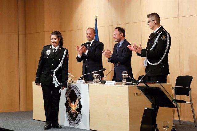 El ministre de Justícia i Interior, Josep Maria Rossell, el cap de Govern, Xavier Espot, i el director adjunt del Centre Penitenciari, Ismael Alarcón, durant el reconeixement fet a una de les agents del cos.
