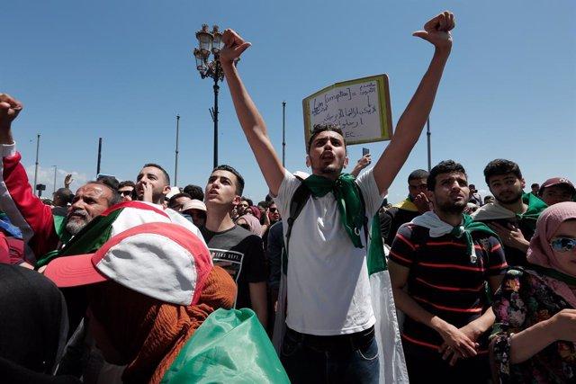 Argelia.- Miles de argelinos vuelven a protestar para rechazar las presidenciale