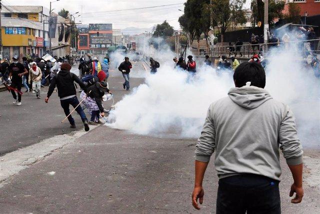 Enfrentamientos entre policías y manifestantes en Quito