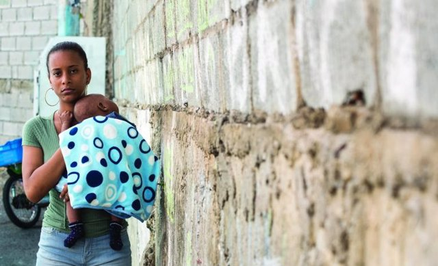 Mujer con su hijo en República Dominicana