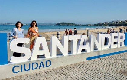 Santander instala las letras del nombre de la ciudad en el Sardinero