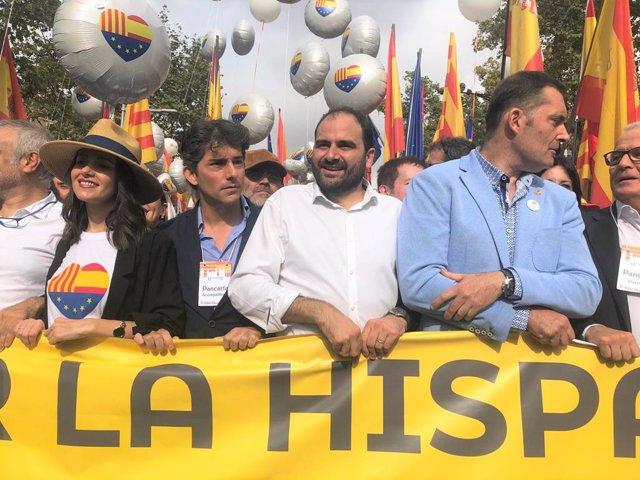 Inés Arrimadas (Cs), Fernando Sánchez Costa (SCC) i Josep Bou (PP) a una manifestació a Barcelona pel 12 d'Octubre i la Hispanitat.