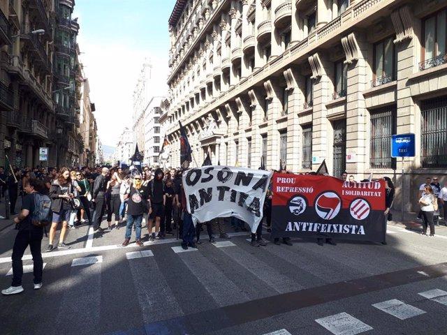 Centenars d'antifeixistes es manifesten a Barcelona contra el 12 d'octubre.