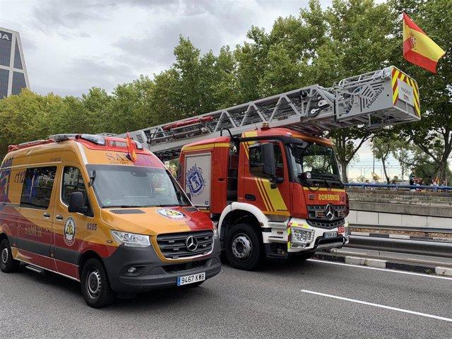 Imagen de recurso de vehículos del Samur-Protección Civil y de los bomberos del Ayuntamiento de Madrid durante el desfile del Día de la Hispanidad.
