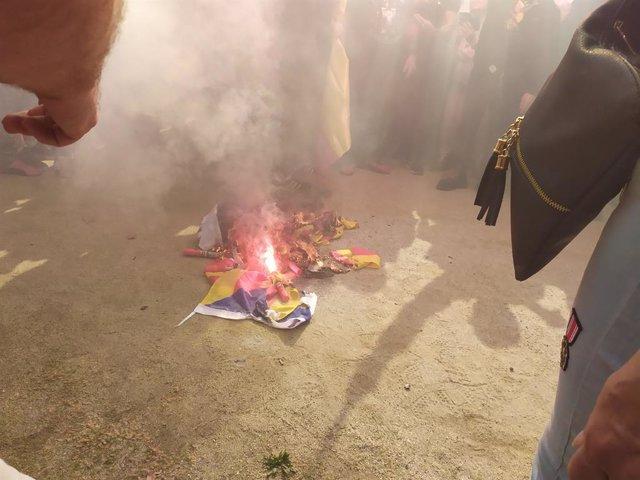 Cremen una bandera independentista durant una manifestació pel 12 d'Octubre a Barcelona convocada per Democràcia Nacional i La Falange.