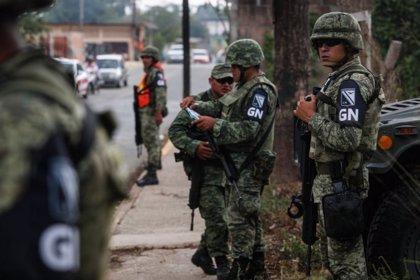 México.- La Guardia Nacional detiene a los integrantes de una caravana de migrantes en el sur de México