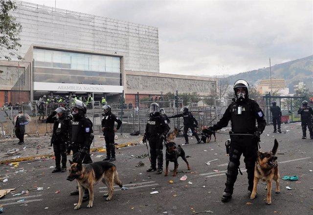 Agentes de Policía frente a la Asamblea Nacional de Ecuador en Quito
