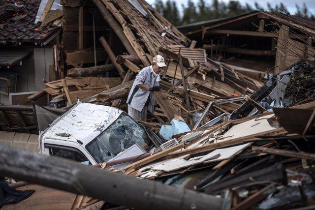 Un hombre cerca de la estación de Shinagawa a medida que el tifón 'Hagibis' se acerca a Tokio