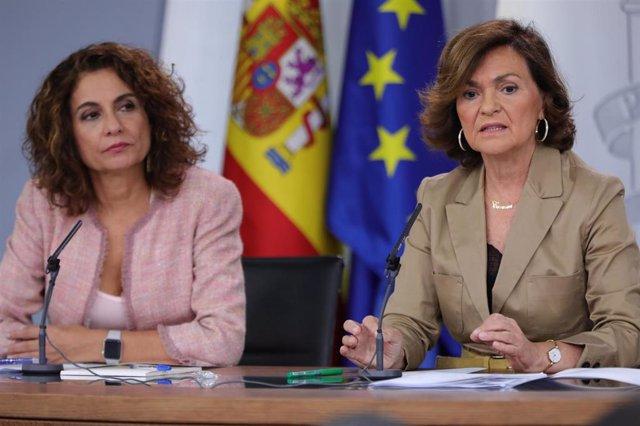 (I-D) La ministra de Hacienda en funciones, María Jesús Montero, y  la vicepresidenta del Gobierno en funciones, Carmen Calvo, comparecen ante los medios de comunicación tras la reunión del Consejo de Ministros en Moncloa, en Madrid (España), a 11 de octu
