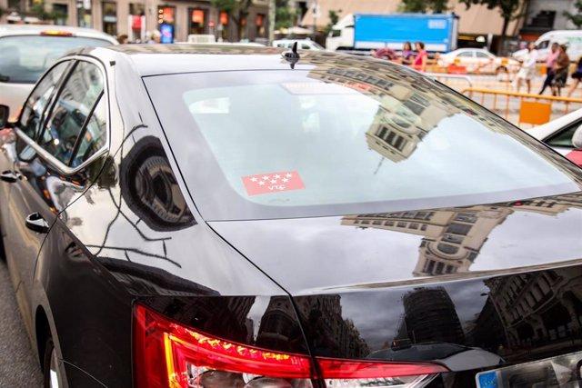 Un cohe con licencia VTC -Uber o Cabify- circula por Madrid en el día en que ofrecen servicios gratuitos