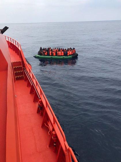 Trasladan a Almería a 76 personas, de ellas 12 menores, rescatadas de una patera en Alborán