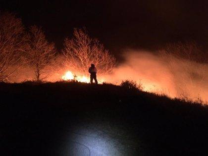 Activos tres de los siete incendios provocados en Cantabria