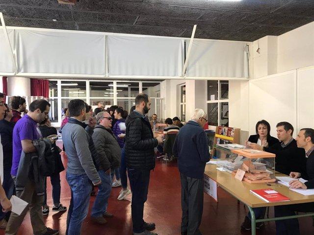 Votaciones este 28 de abril para las elecciones generales, en la mesa electoral en Fontiñas en Santiago de Compostela.