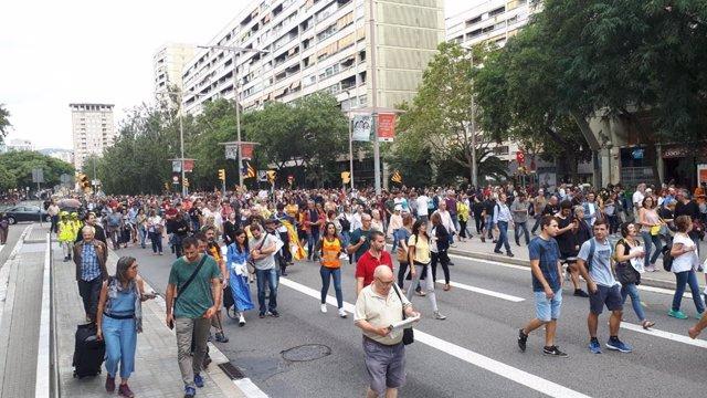 La protesta de l'estació de Sants avana pel carrer Tarragona.