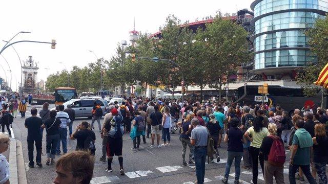 Una protesta en l'estació Barcelona-Sants contra la sentència del processo independentista es converteix en una marxa fins a la plaça Espanya i Gran Via