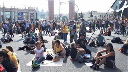 Unos 400 independentistas ocupan la plaza Espanya de Barcelona y algunos hacen un pícnic