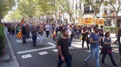 Unos 1.000 independentistas cortan la Gran Via de Barcelona cerca de la plaza Espanya