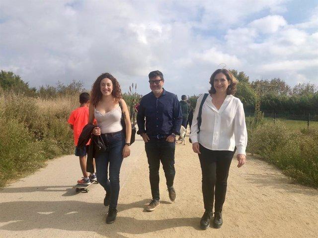 Aina Vidal (diputada d'ECP), Lluís Mijoler (alcalde del Prat de Llobregat) i Ada Colau (alcaldessa de Barcelona) presenten propostes sobre transport i canvi climàtic, al Mirador de l'Aeroport de Barcelona.