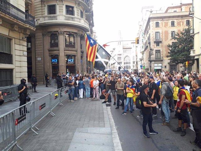 Una marxa independentista a Barcelona s'atura davant la Prefectura de la Policia Nacional.