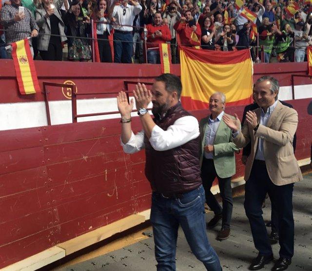 Abascal saluda als simpatitzants avui a Valladolid.