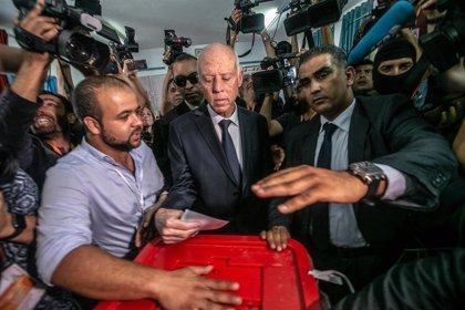 El conservador Saied gana las elecciones presidenciales en Túnez, según un sondeo a pie de urna