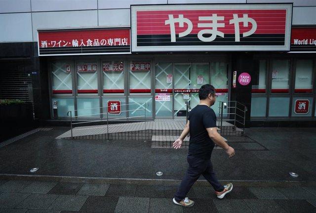 Comercios cerrados por el tifón en Japón.