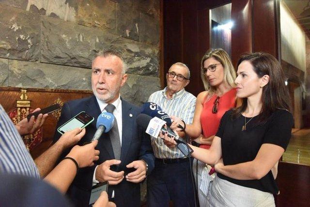 El presidente de Canarias, Ángel Víctor Torres, atiende a los periodistas