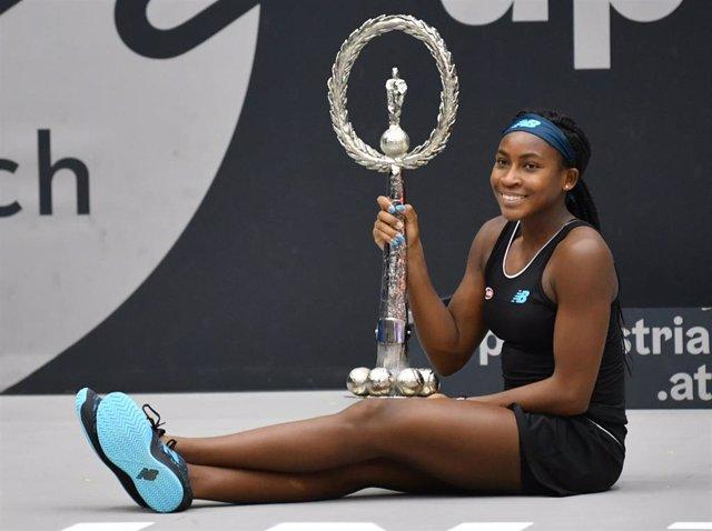 La tenista estadounidense Cori 'Coco' Gauff con su trofeo del torneo de Linz