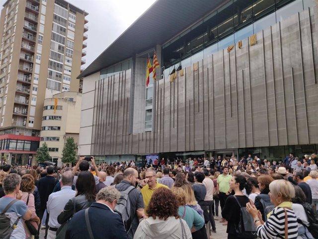 Uns 1.000 concentrats a Girona amb l'alcaldessa Marta Madrenas davant la Delegació del Govern contra la sentència de l'1-O
