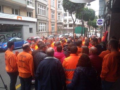 Los tres trabajadores de Vesuvius encerrados en la Catedral de Oviedo se declaran en huelga de hambre