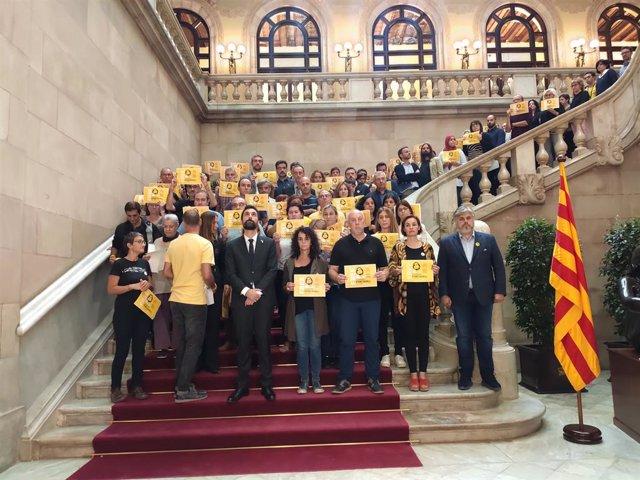 Torrent, diputats i treballadors del Parlament es concentren contra la sentència