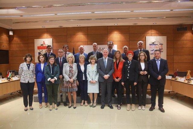 Foto de familia de los miembros del Consejo Interterritorial del Sistema Nacional de Salud, con la ministra de Sanidad en funciones, María Luisa Carcedo (en la primera fila  6i), tras el pleno celebrado en Madrid (España), a 14 de octubre de 2019.