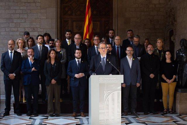 Foto de família, en la primera fila de baix, (E-D), el conseller d'Interior de la Generalitat de Catalunya, Miquel Buch; el conseller d'Acció Exterior, Relacions Institucionals i Transparència de la Generalitat, Alfred Bosch; la consellera de la Presidènc