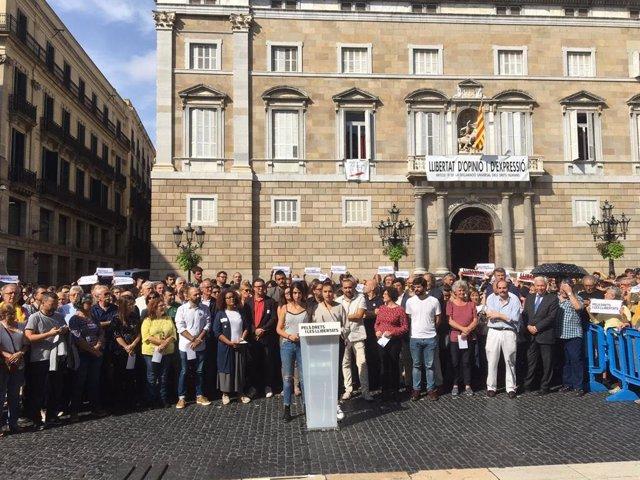 Concentració d'entitats i sindicats a plaça Sant Jaume de Barcelona
